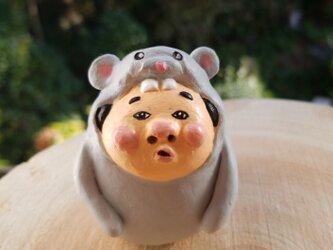 ネズミの着ぐるみを着た 小さいおじさんの画像