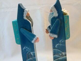 クリスマスプレゼントに最適 ペアのブルーサンタ 雪景色のコートがシックの画像