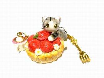 にゃんこのしっぽ○いちごタルトのバッグチャーム○猫○スイーツデコ〇さばとら白猫の画像
