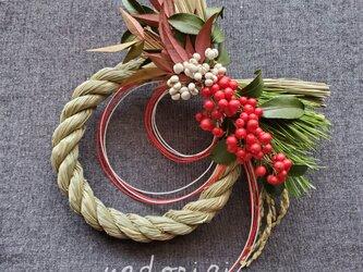 ''福笑い'' 若松と南天と南京櫨の和モダンお正月飾り(生花)の画像