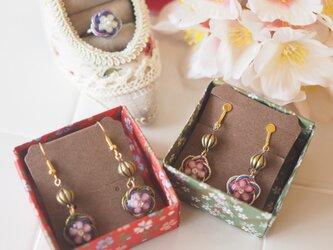 ★台湾梅の花★小さくて可愛いアンティークビーズ付き梅の花水引ピアス/イヤリングの画像