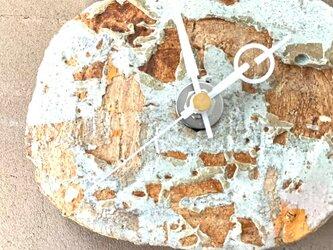 古壁の時計 掛け時計の画像