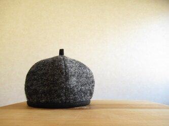 てっぺんに輪っか、ベレー帽 ダークグレーのニットの画像