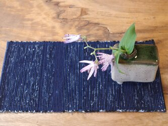 置くものを引き立てる 紺色裂き織りティーマット 木綿の画像