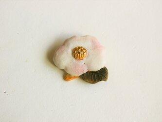 陶ブローチ 椿:春風の画像