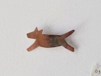 走るおおかみのブローチ03(銅/焦がし)の画像