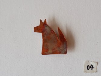 座るおおかみのブローチ 04(銅/焦がし)の画像