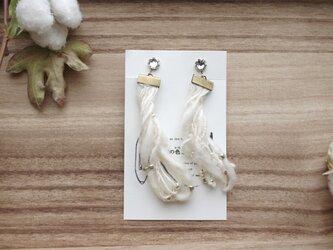 和棉の糸のほわほわイヤリング スワロフスキー付の画像