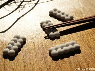 4個セット ● 白色艶消しガラスの箸置き -「 まるいガラス 」・10 small ballsの画像