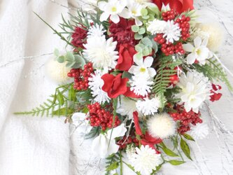 スワッグ 寿ぎ 紅白:スイトピー 水仙 マム 赤 白 小枝の画像