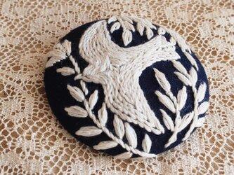 刺繍ブローチ・ことりと草花( ネイビー×オフホワイト)の画像