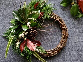 [限定1点]5種類の針葉樹香る南京ハゼと椿の葉のお正月飾りリース(生花)の画像