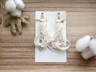和棉の糸のほわほわイヤリング の画像
