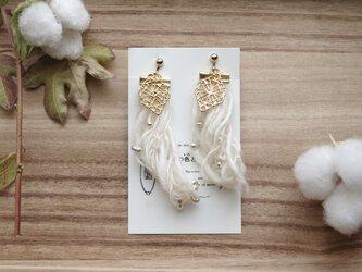 和棉の糸のほわほわイヤリング 飾り付 の画像