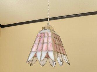 ピンク&ホワイトの格子模様にふち飾り(ステンドグラスペンダントライト)吊り下げ照明・ガラス Lサイズ・40の画像