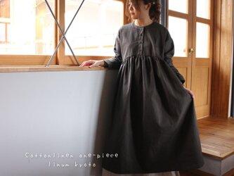 【Fサイズ】しっかりコットンリネンで魅せる、ヘンリーネック風ギャザーワンピース (綿麻アーミーグリーン)の画像