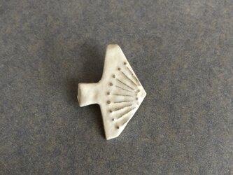 陶ブローチ 骨白「鳥」の画像