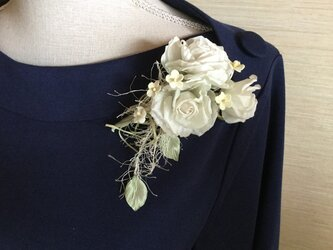 再販白薔薇飾り紐付きの画像