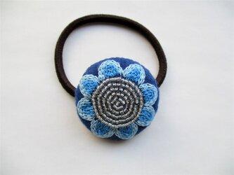 青いお花刺繍&ビーズのヘアゴムの画像