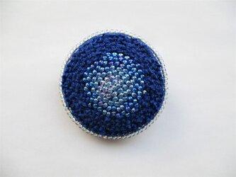 青いビーズ&刺繍の丸型ブローチの画像