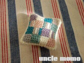 ドール用ツヴィスト刺繍のクッション Hygge 1/12ミニチュア・ファブリックの画像