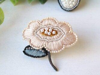 優しいピンクのお花、オートクチュール刺繍のブローチ『ソフィ』の画像