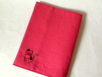 猫の刺繍ブックカバー ピンク*黒のブチネコの画像