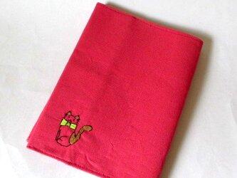 猫の刺繍ブックカバー ピンク*茶のハチワレネコの画像