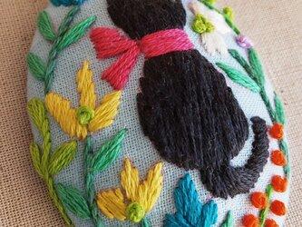 刺繍ブローチ・こねことお花 (水色)の画像