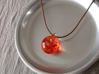 バラ窓のペンダント・オレンジ×赤・ガラス製・幾何学模様・透かし模様の画像
