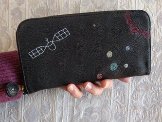 刺繍革財布『宇宙』しっとり黒×Colors(シュリンクヤギ革)ラウンドファスナー型の画像