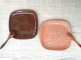 レース文様角皿(ブラウン)の画像