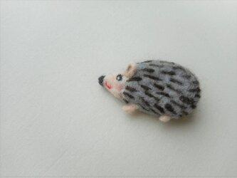 ふっくらハリネズミのブローチの画像