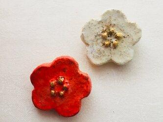 紅白梅の花ブローチセットの画像