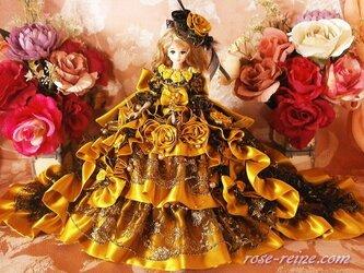 エリザベス皇后の煌めくゴールド シースルートレーンドールドレスの画像