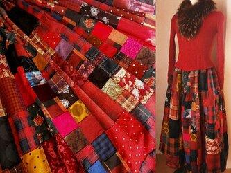 受注作品 リネン 絵画なパッチワーク ボリューム ティアードスカート赤系 チェック 水玉 花 裏地付きの画像