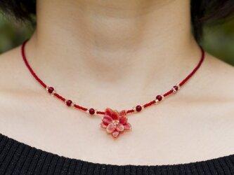 small orange flower necklaceの画像