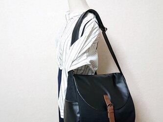 黒の8号倉敷帆布と黒合皮のたっぷりショルダーバック 斜めかけの画像