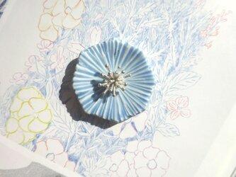 花のbroach(ミヤコワスレ)水色の画像