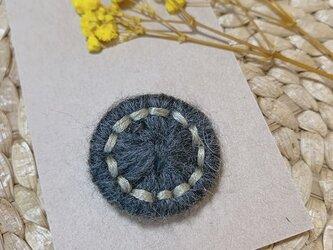 チェコ糸ボタンブローチの画像