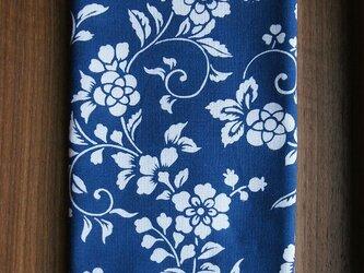 天然藍の型染め手拭いレトロな花唐草の画像