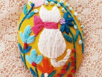 刺繍ブローチ・こねことお花 (黄色)の画像