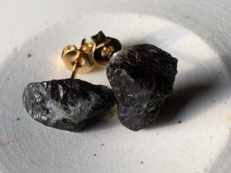 アイオライトの原石のピアスの画像
