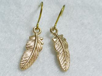 ゴールドチタンピアス・小さな羽根の画像