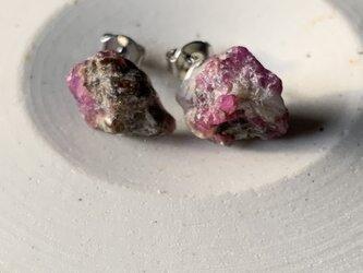 ルビーの原石のピアスs3の画像