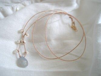 サファイアとマザーオブパールのネックレスの画像