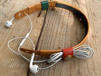 旅のお供に音楽を! ケーブルクリップ付きイヤホンネックホルダー キャメル トラベル革小物 ラッピング可の画像