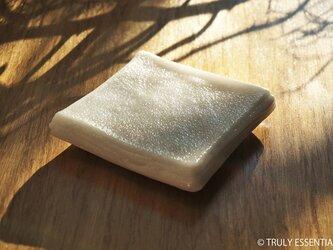 純白ガラスのアクセサリートレイ -「 KAZEの肌 」● 10.5cmの画像