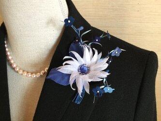 ブルーの小花にマーガレットの画像