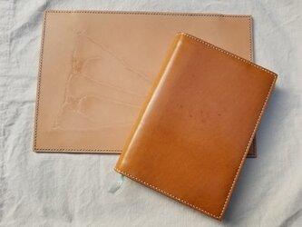 全て手縫いで仕上げた上品な単行本ブックカバー(植物タンニン鞣しの姫路レザー)の画像